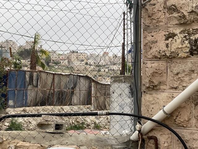 צינורות מים על קיר בית בתל רומיידה