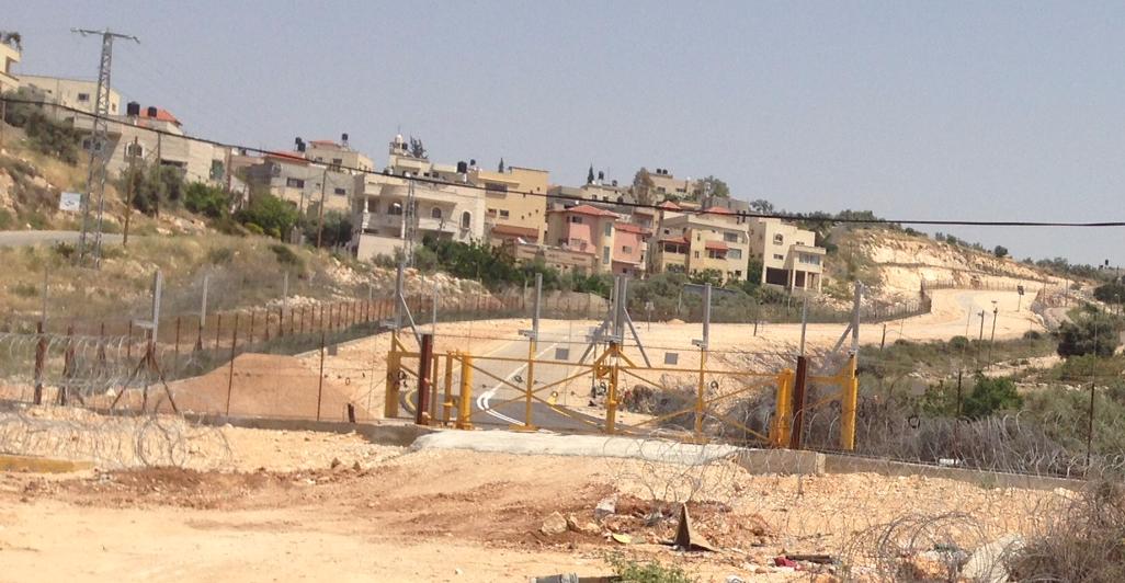 גדר ומחסום סגור לפני בתי הכפר
